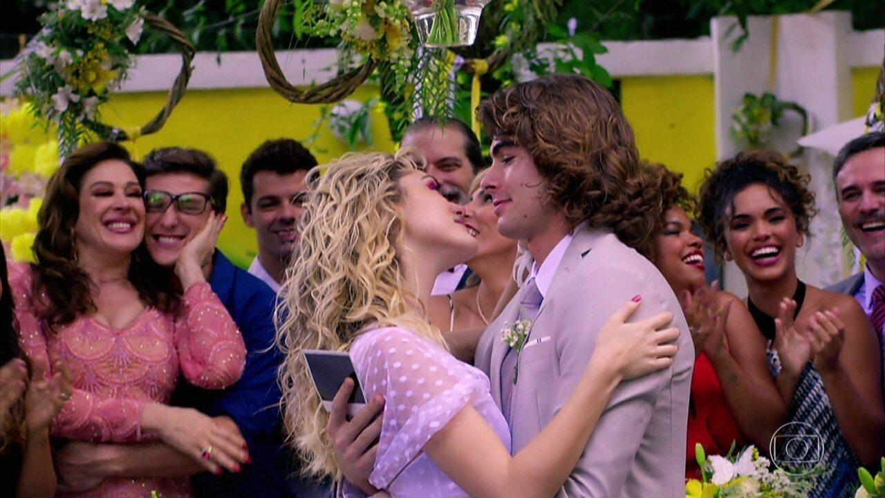 Convidados curtem a festa do casamento de Manuzita e João