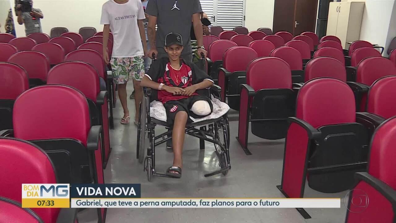Garoto que teve perna amputada por causa de linha chilena em Betim recebe alta