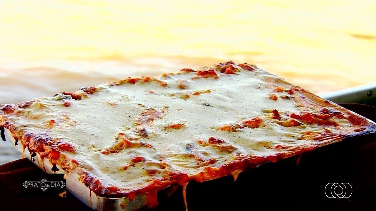 Veja como fazer a receita de lasanha de pintado que faz sucesso em bar flutuante