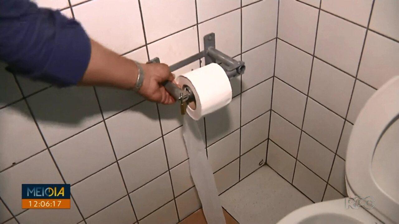 Rolo de papel higiênico é fechado com cadeado para não ser furtado no Terminal Catuaí