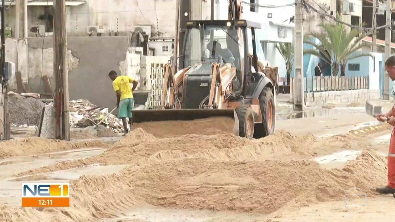 Chuva causa alagamentos e ressaca do mar em Olinda