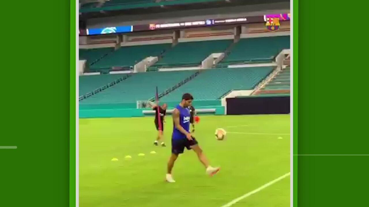 Suárez faz golaço do meio do campo em treino do Barcelona, e Arthur brinca de bobinho