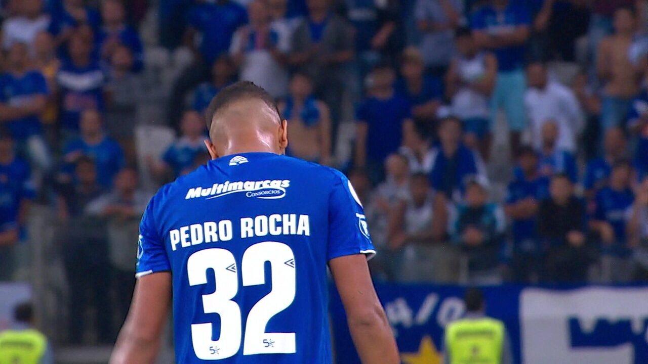 Pedro Rocha entorta adversário, chuta forte, mas a bola vai para fora, aos 44' do 2º tempo