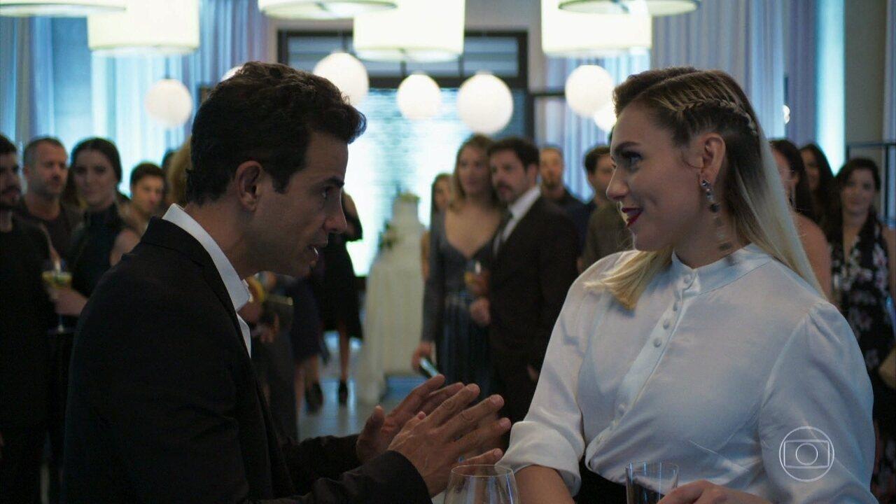 Márcio (Anderson Di Rizzi) não aceita se casar com Kim (Monica Iozzi)