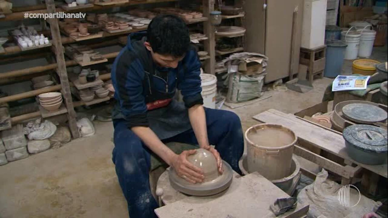 Filho se inspira e segue a mesma profissão de ceramista do pai