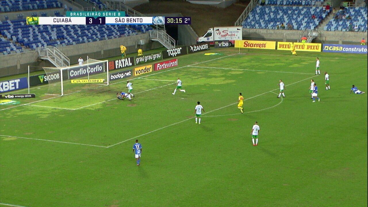 Zé Roberto recebe lançamento, invade a área, dribla o goleiro e pede pênalti, aos 30' do 2º tempo