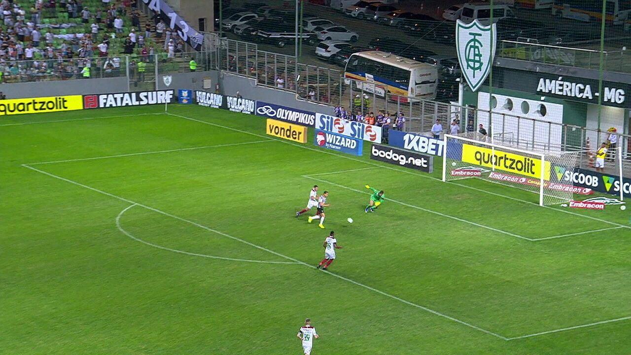 Ricardo Oliveira se atrapalha e perde gol na cara de Muriel, aos 40' do 1º tempo