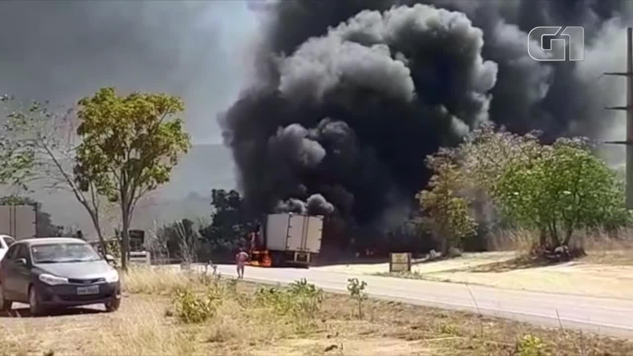 Vídeo mostra carreta pegando fogo em rodovia