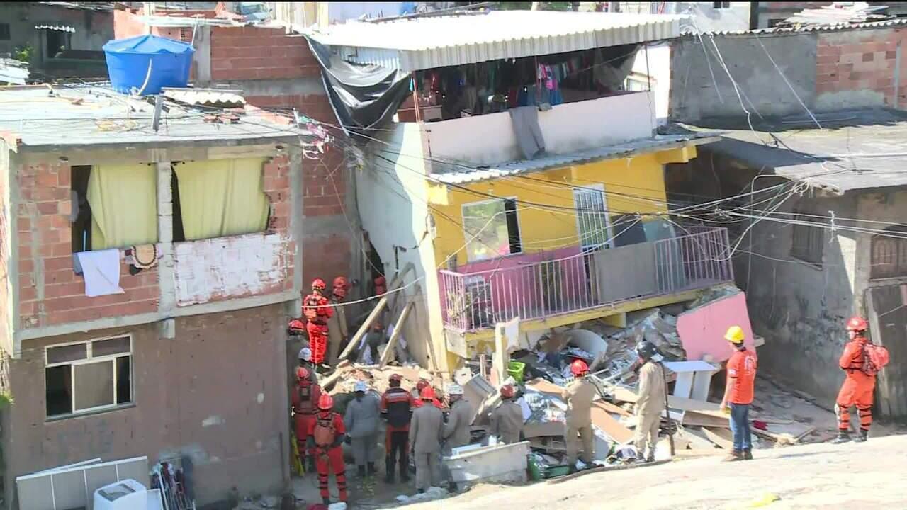 Bombeiros buscam mãe e filho em desabamento na Zona Oeste do Rio