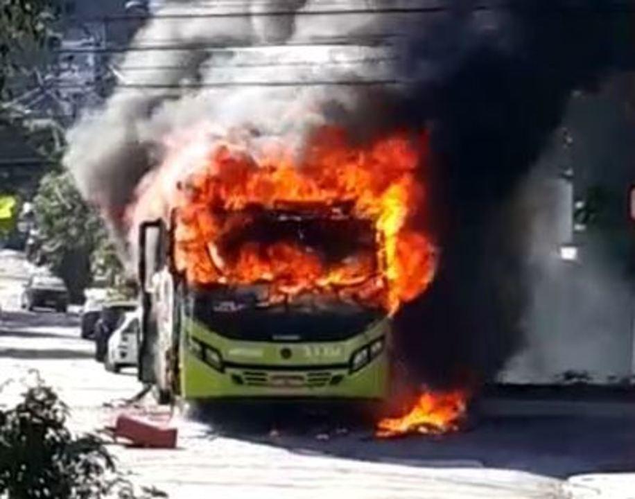 Ônibus é incendiado durante protesto no bairro São Francisco, em Niterói