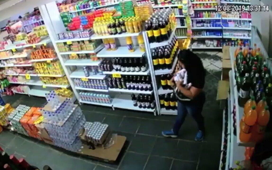 Mulher é filmada furtando vários desodorantes em Aparecida de Goiânia