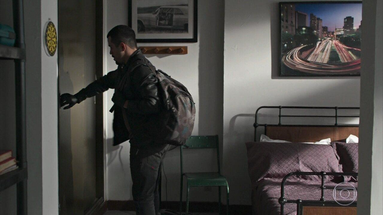 Bandido invade o apartamento de Almeidinha