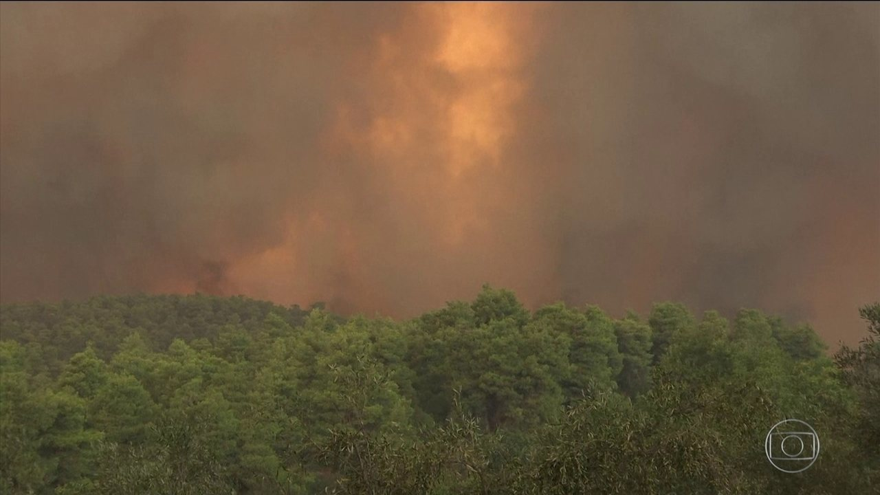 Segunda maior ilha da Grécia é evacuada após incêndio