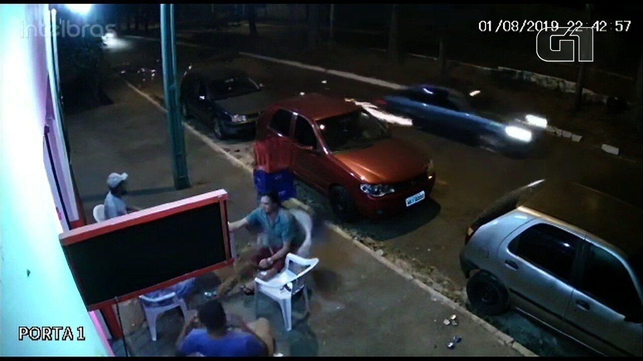 Homem de muleta é atingido por roda que se solta de carro em movimento, em Goiânia; vídeo
