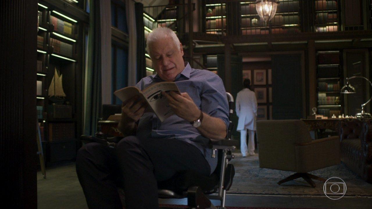 Alberto se emociona com passagens de seu livro