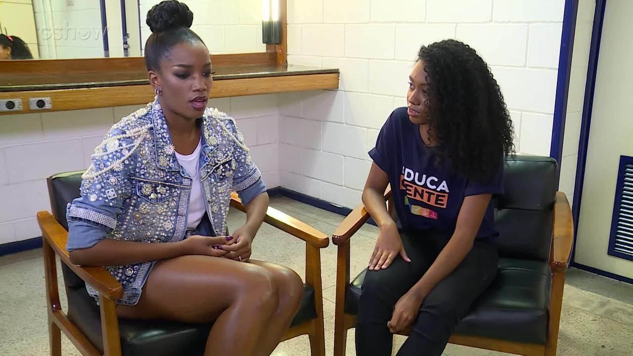 IZA conversa com a fã Maria Fernanda nos bastidores do 'Essa Música É Minha'
