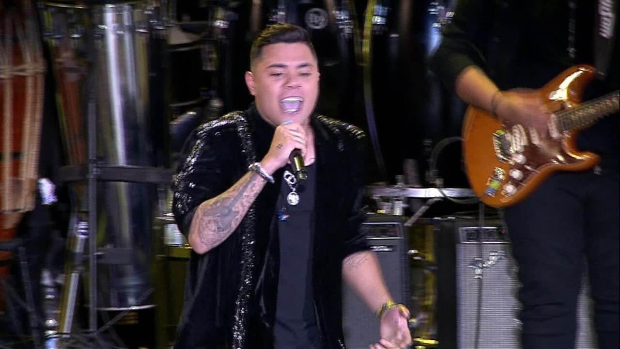 Felipe Araújo solta a voz na Arena da Festa de Barretos 2019