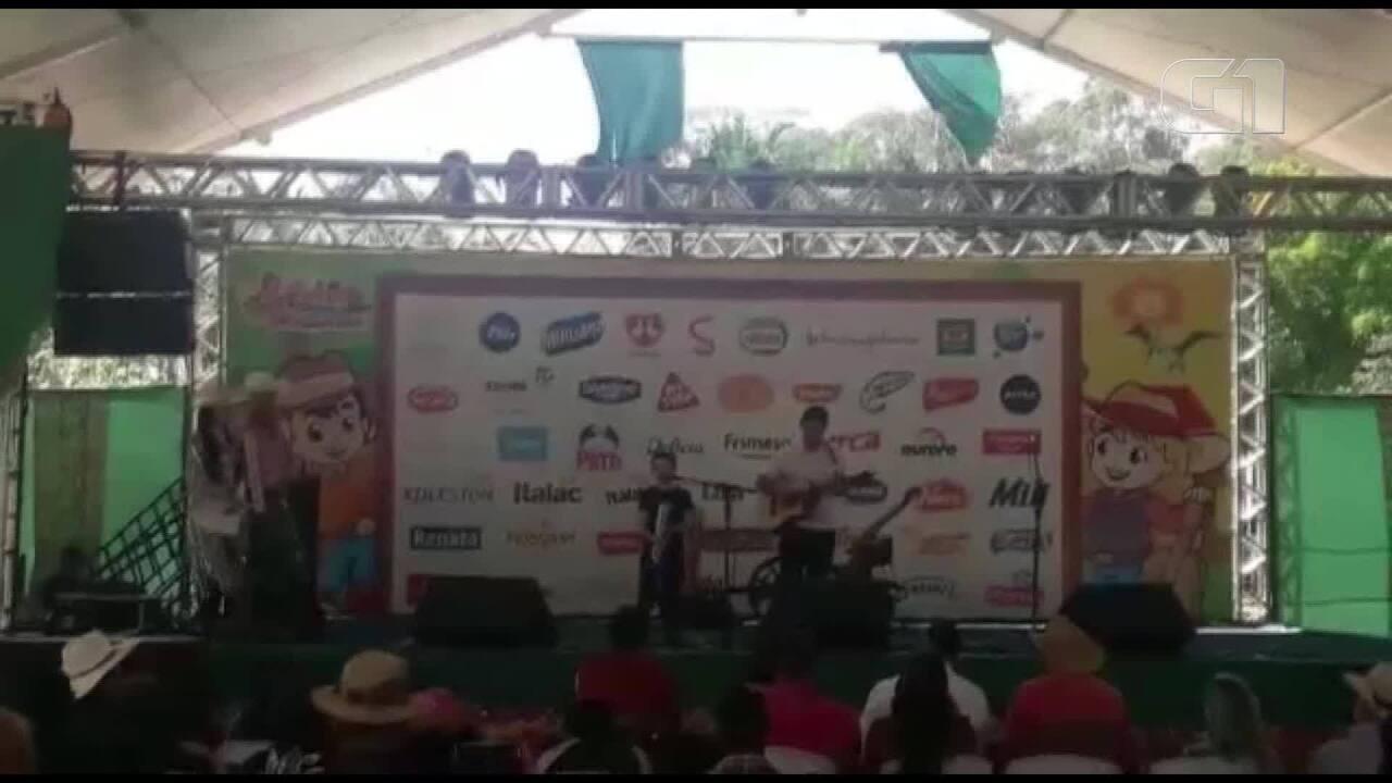 Cantor mirim Rafael Lemos participa de concurso no Parque do Peãozinho, em Barretos, SP