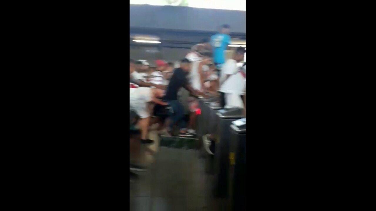 Dezenas de pessoas são flagradas pulando catraca da Estação Central do metrô