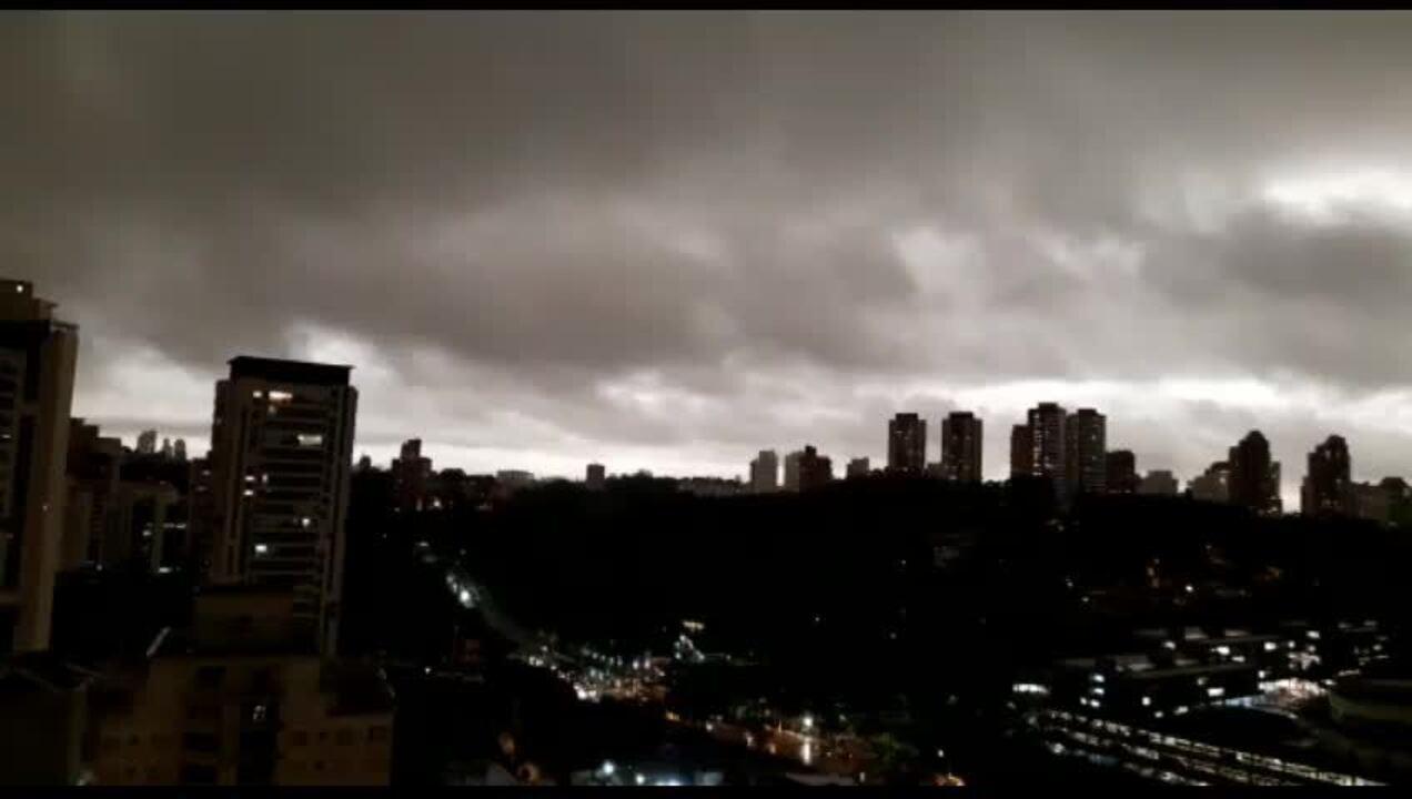São Paulo tem tarde escura com mudança no tempo