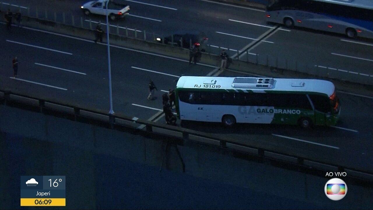 Homem armado ameaça passageiros em ônibus na Ponte Rio-Niterói