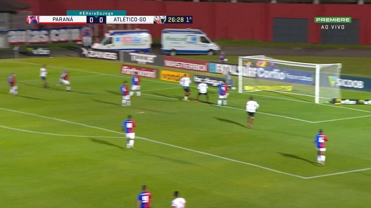 Jorginho domina dentro da área, chuta forte para o gol e Thiago Rodrigues defende