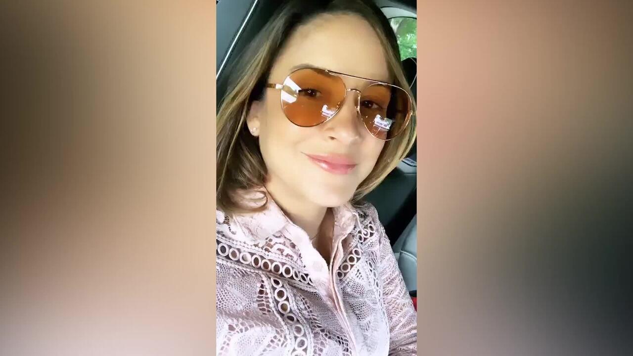 Claudia Leitte deixa maternidade com filha Bela