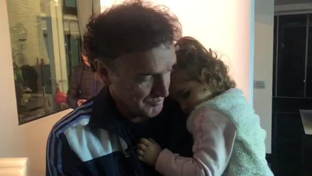 Técnico do São Paulo, Cuca brinca com a pequena Eloah, sua netinha e grande xodó
