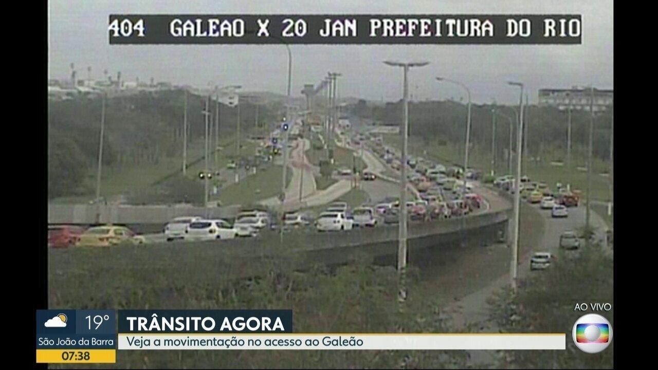 Passageiros encontram trânsito lento no acesso ao Aeroporto Galeão
