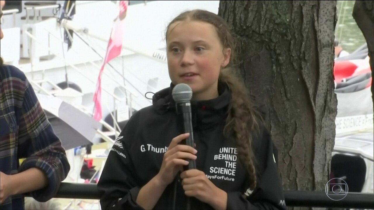 Ativista do clima de 16 anos chega a Nova York depois de viagem de barco de duas semanas