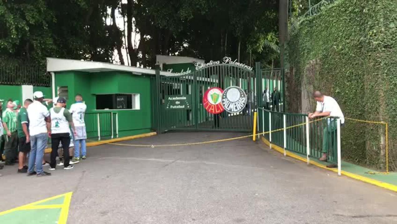 Membros de torcida organizada do Palmeiras deixam a Academia de Futebol após reunião