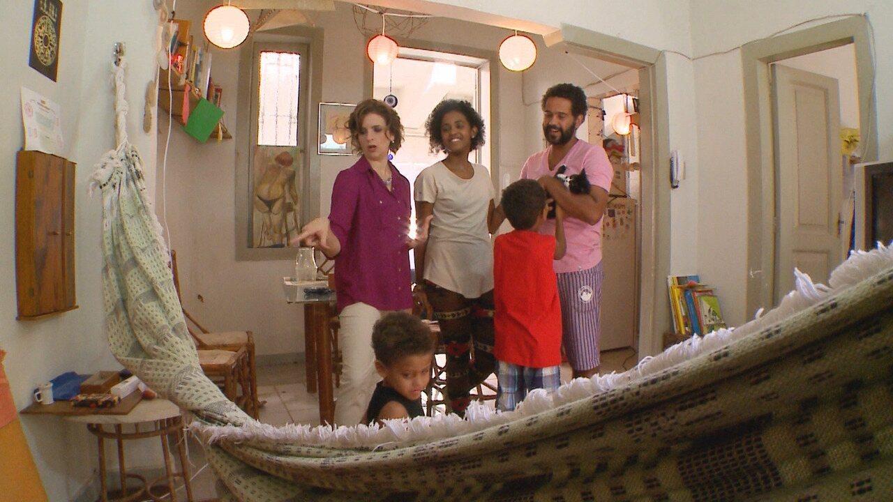 Sala - Micaela dá a sua Santa Ajuda ao Thiago, muito criticado pela namorada. Ela diz que a sala de casa é uma síntese do lado bagunceiro do rapaz.