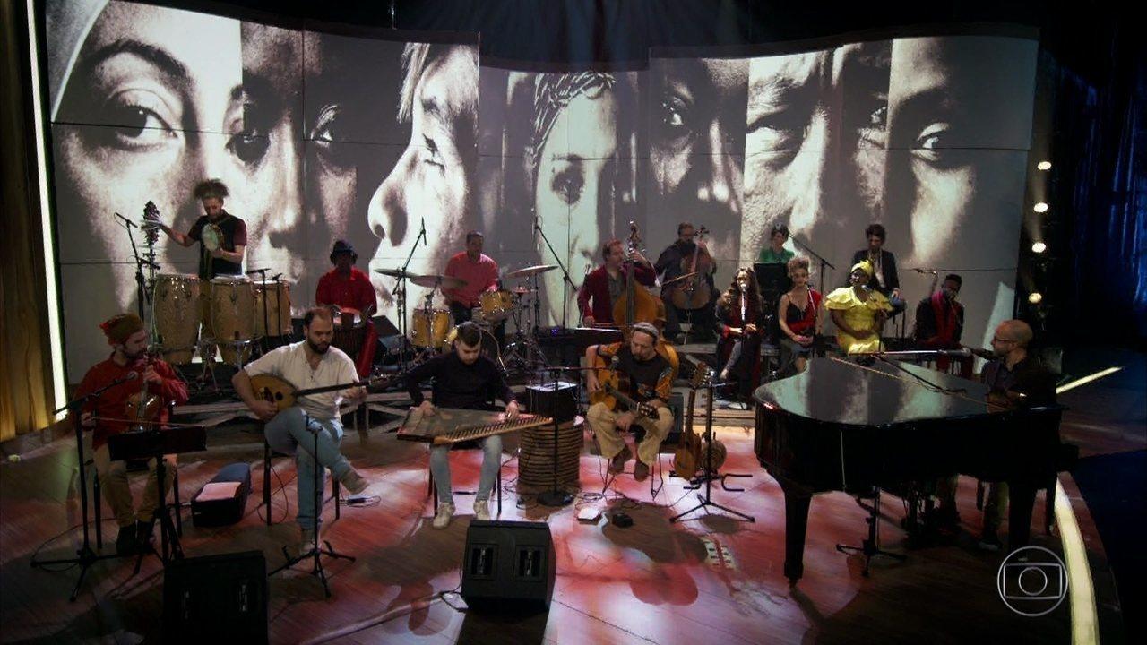 """A Orquestra Mundana Refugi canta """"Trilogia"""""""