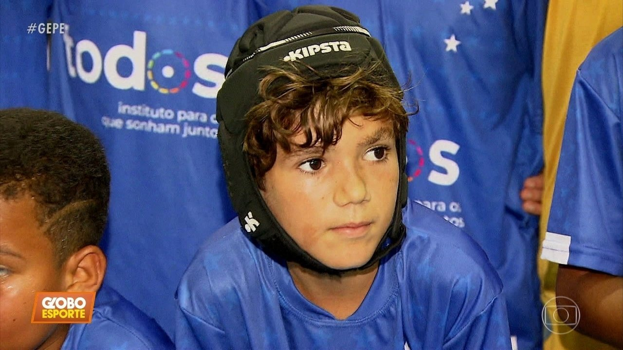 Garoto dribla a surdez e sonha em ser jogador de futebol