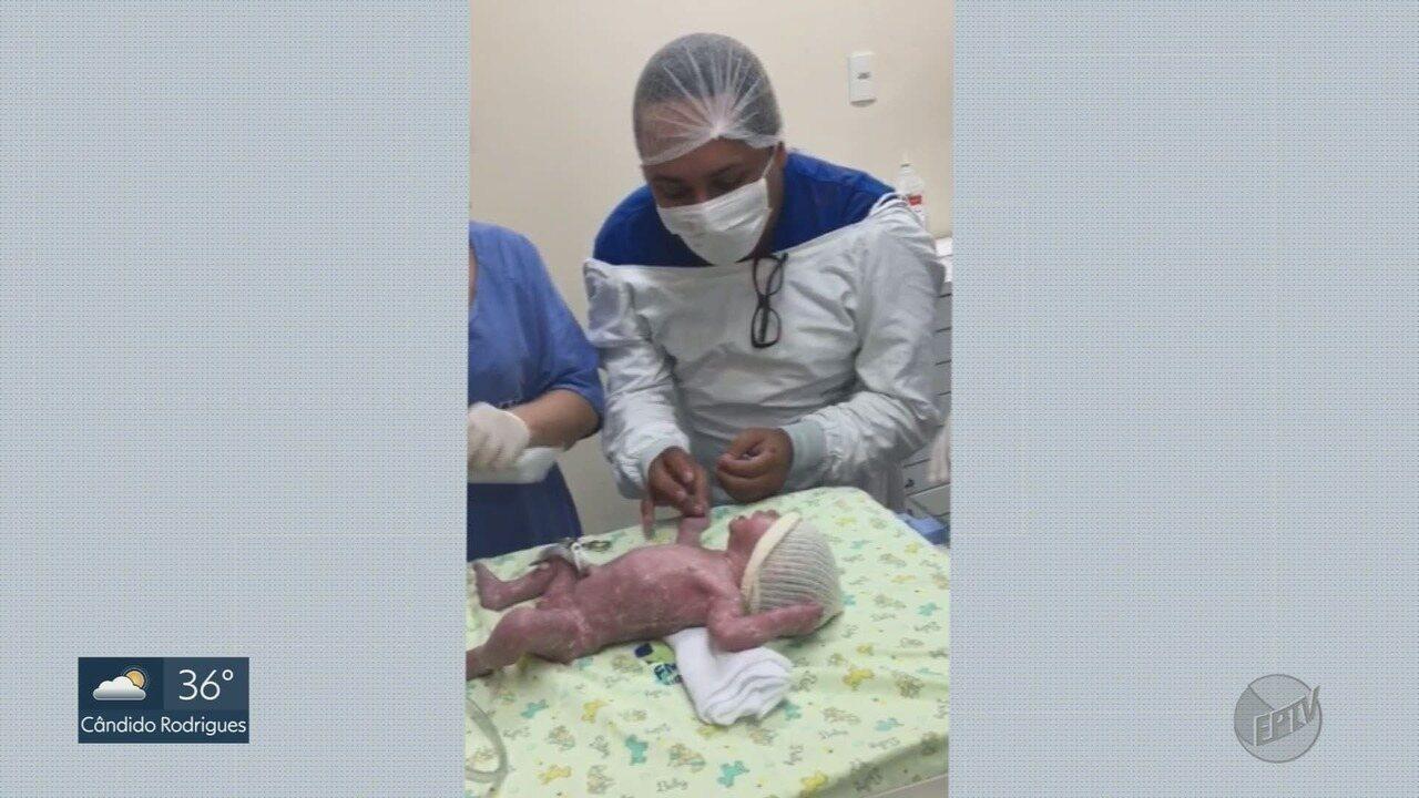 Mulher de 45 anos dá à luz netos gêmeos após inseminação para realizar sonho do filho gay
