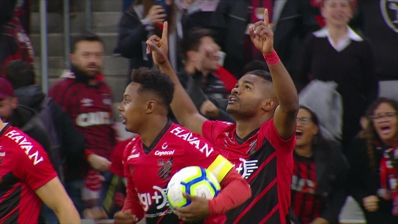 Bruno Guimarães chuta na trave, Nikão pega a sobra e abre o placar contra o Grêmio, aos 16' do 1º tempo