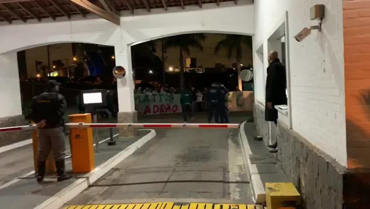 Torcedores do Palmeiras protestam em frente ao condomínio do diretor Alexandre Mattos