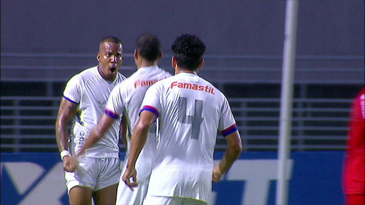 Gol do Paraná! Jenison chuta no canto direito e empata, aos 29' do 2º tempo, após passe de Guilherme Santos