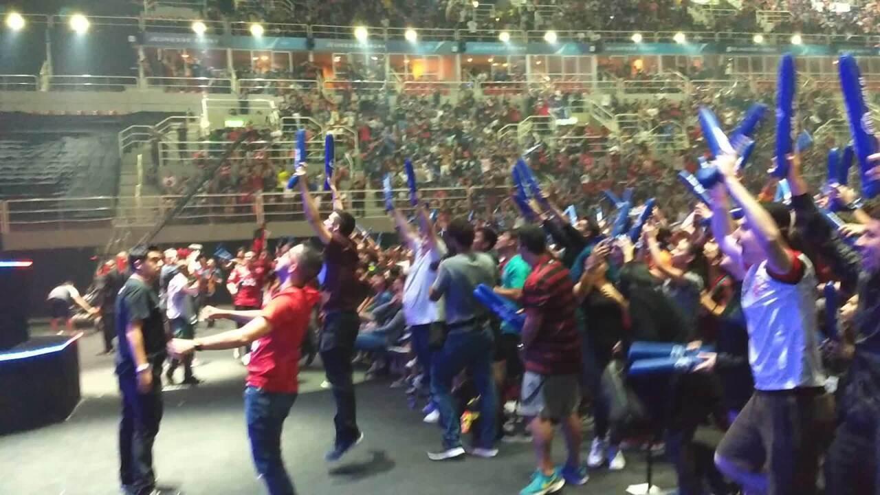 Torcida do Flamengo quase invade o palco após título do CBLoL