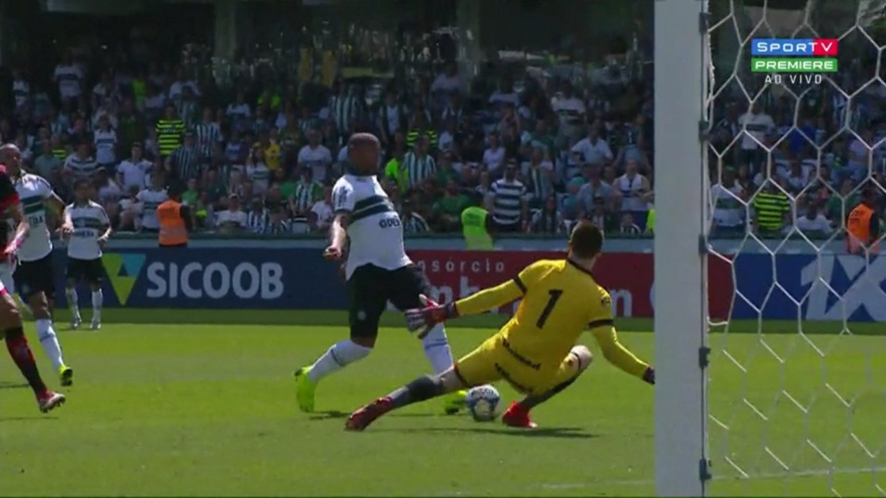 Rodrigão sai na cara do gol, chuta, e Kozlinski faz grande defesa, aos 47 do 1º tempo