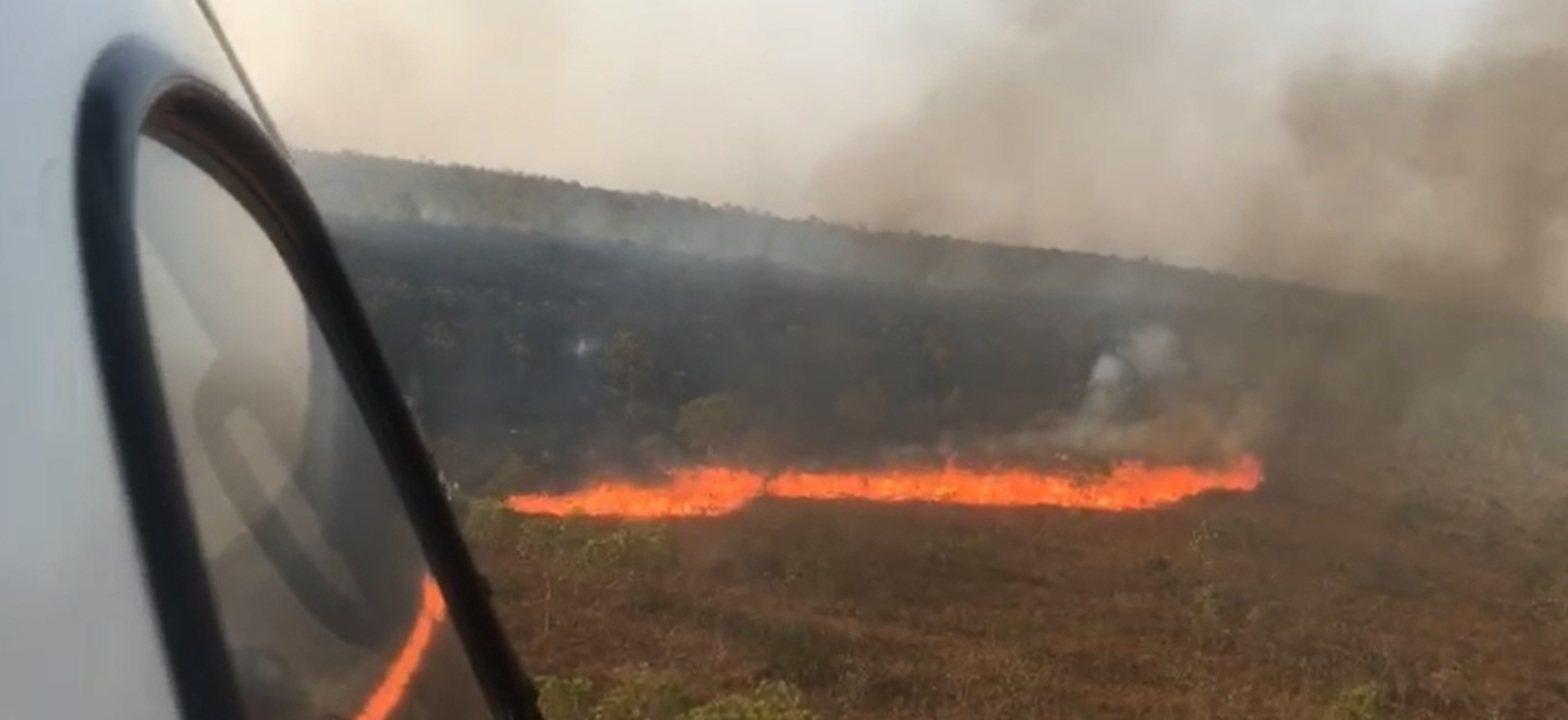 Fogo destrói vegetação em Chapada dos Guimarães