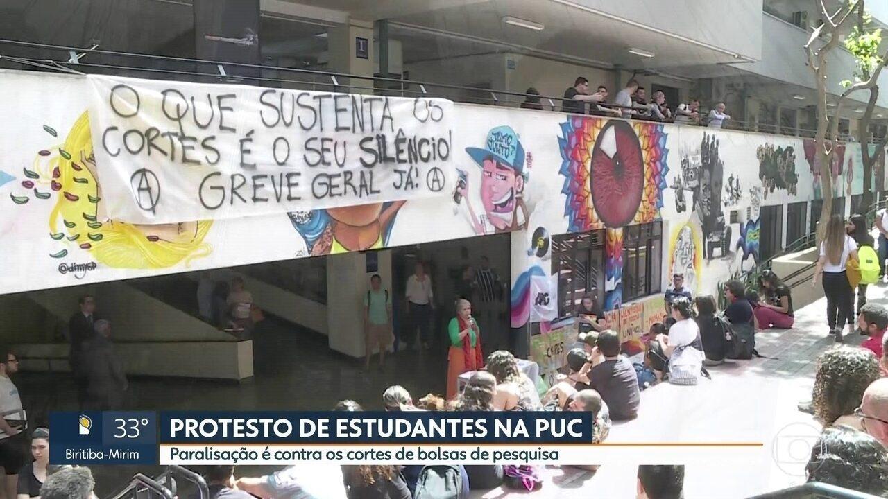 Estudantes da PUC protestam contra cortes de bolsas de pesquisa