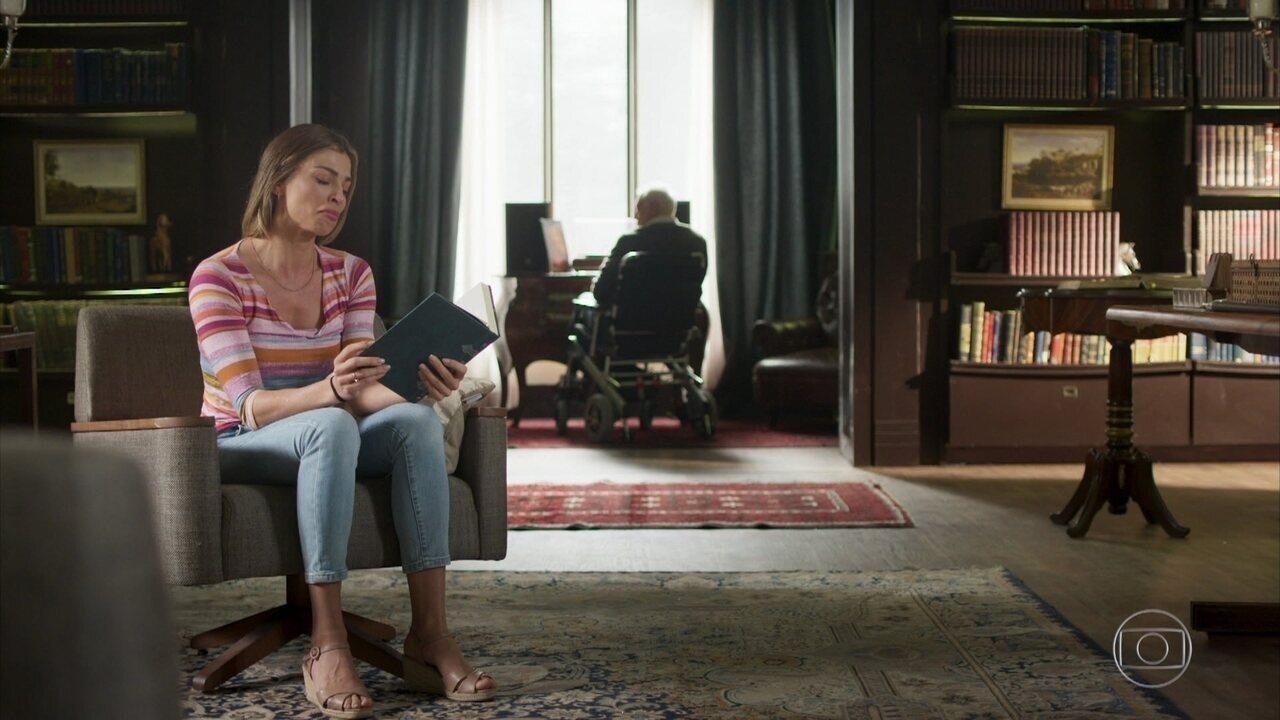 Paloma se emociona ao ler livro na casa de Alberto