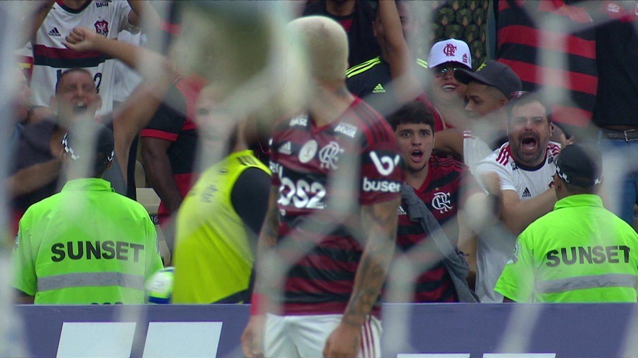 Gol do Flamengo! Gabriel corta para dentro e bate por cobertura e faz um golaço, aos 43' do 1º tempo