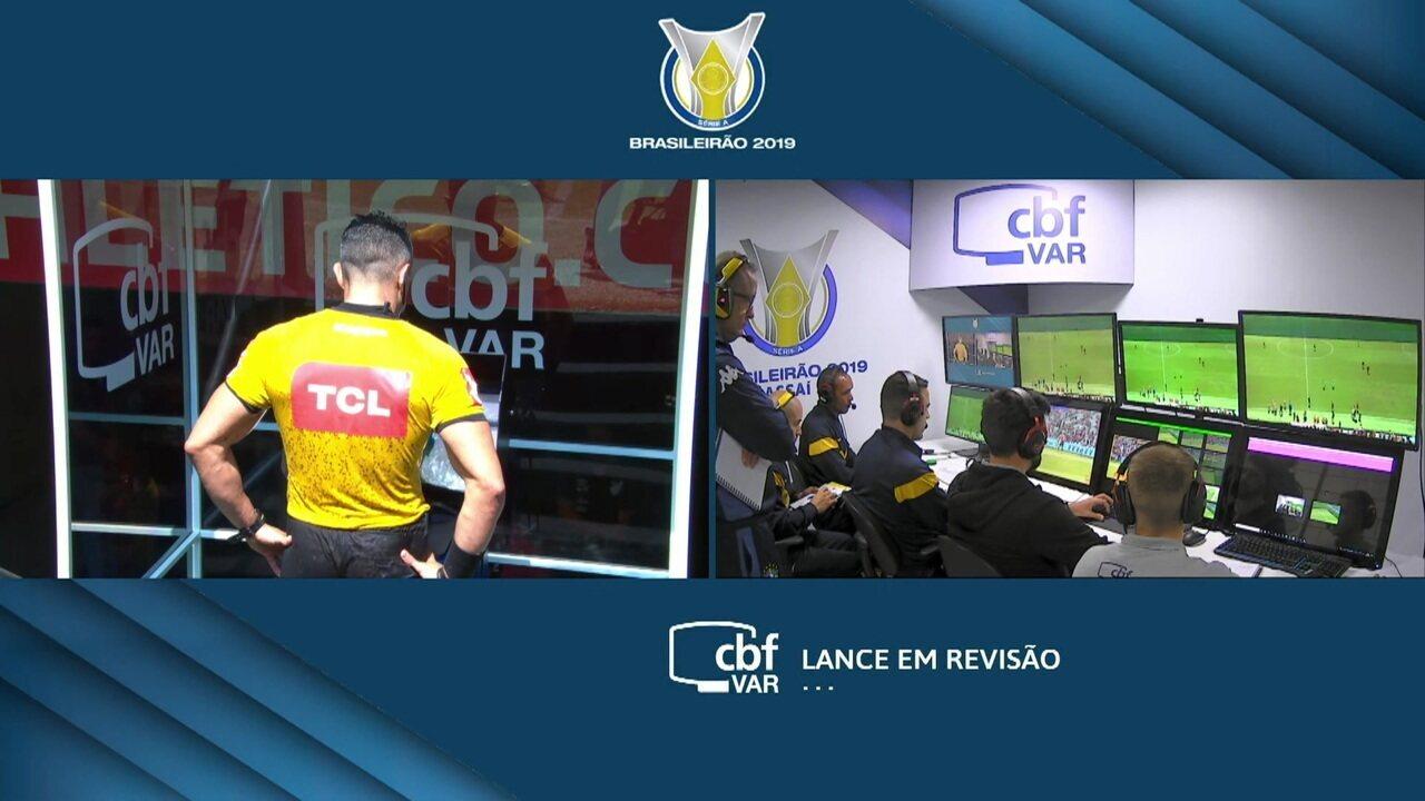 Após consultar o VAR, juiz revê marcação e tira penalidade para o Athletico-PR