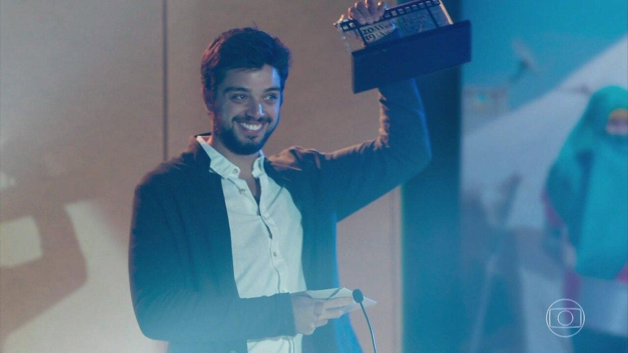 Bruno recebe seu prêmio em uma cerimônia solene