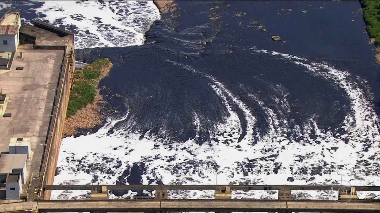 Mancha de poluição avança no Rio Tietê em São Paulo