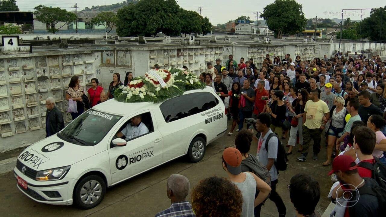 Corpo de menina de 8 anos que levou um tiro nas costas é enterrado no Rio