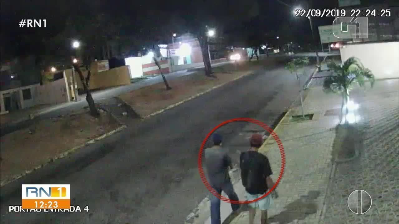 Vídeo mostra homens pulando muro para roubar repartição pública em Natal