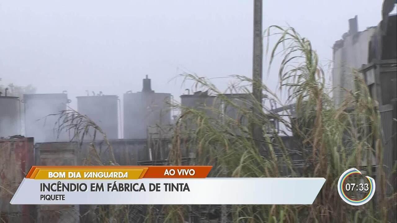Incêndio atinge fábrica de tintas às margens da rodovia BR-459 em Piquete, SP